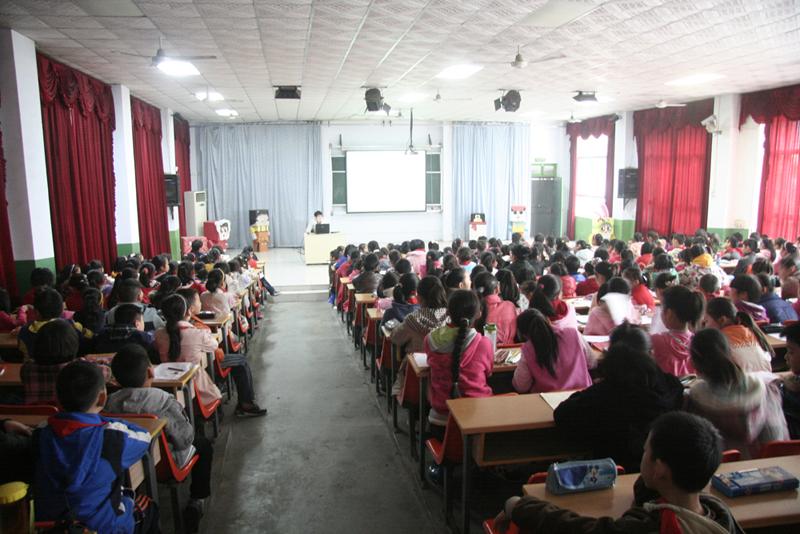 唐立燮老师为建新街小学学生做漫画创意讲座
